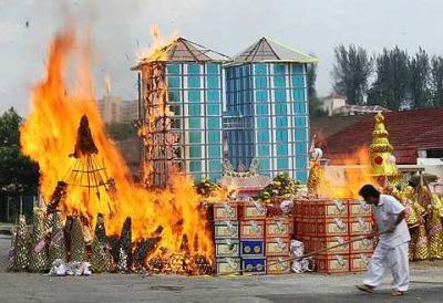 Сжигают вещи богатого покойного китайца в Малайзии