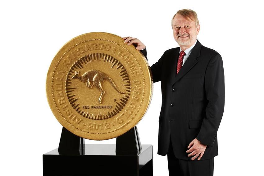 Глава монетного двора Австралии Ed Harbuz презентует новую монету