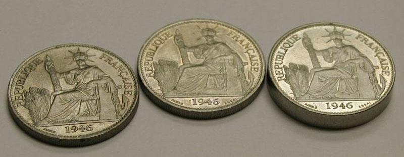 Две обычных французских монеты рядом с монетой пьедфорт