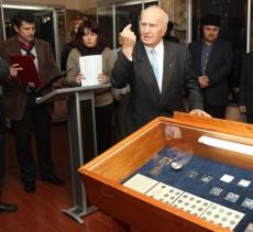 Уникальную коллекцию монет подарили Ханскому дворцу