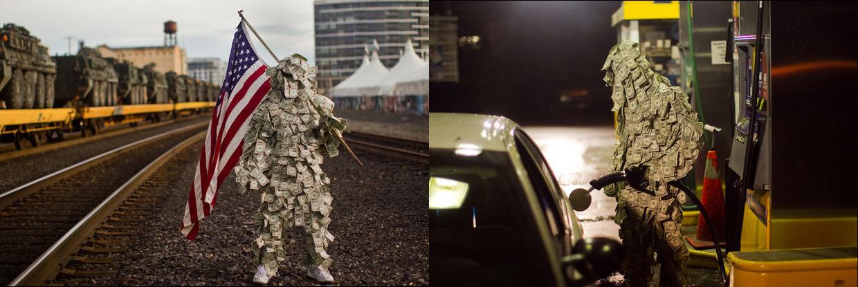 Человек в костюме из денег